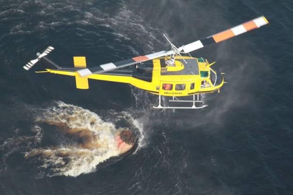Un hélicoptère au-dessus d'un lac