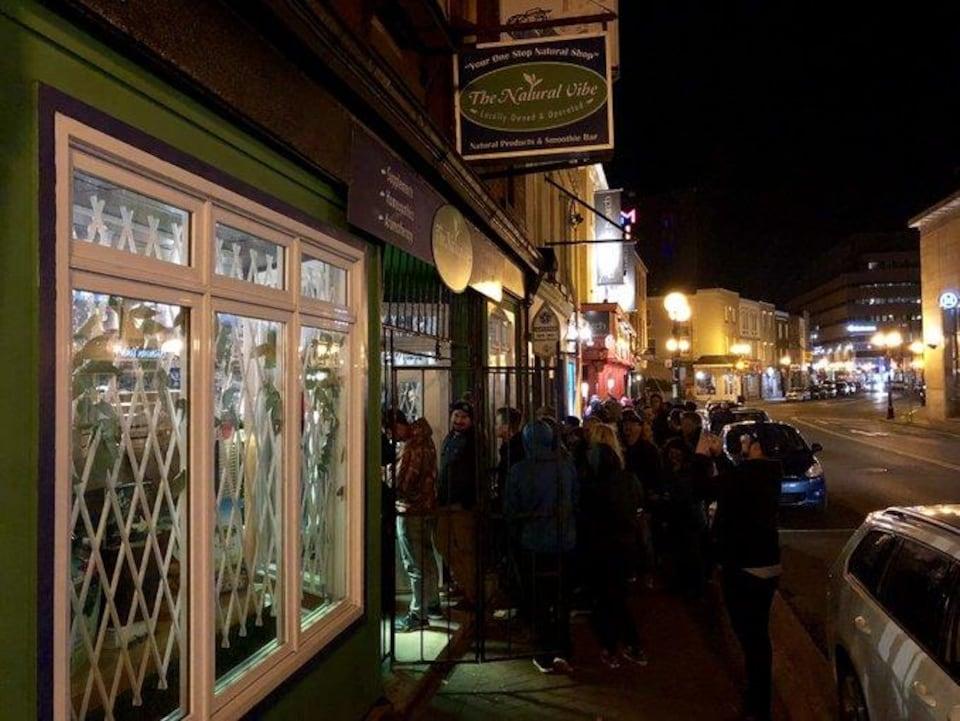 Beaucoup de gens ont attendu en file devant le magasin au centre-ville.