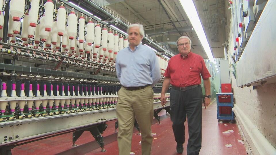 Le président de Filspec, Éric Perlinger, et Ronald Audet, président du conseil d'administration de Filspec, font le tour de leur usine.