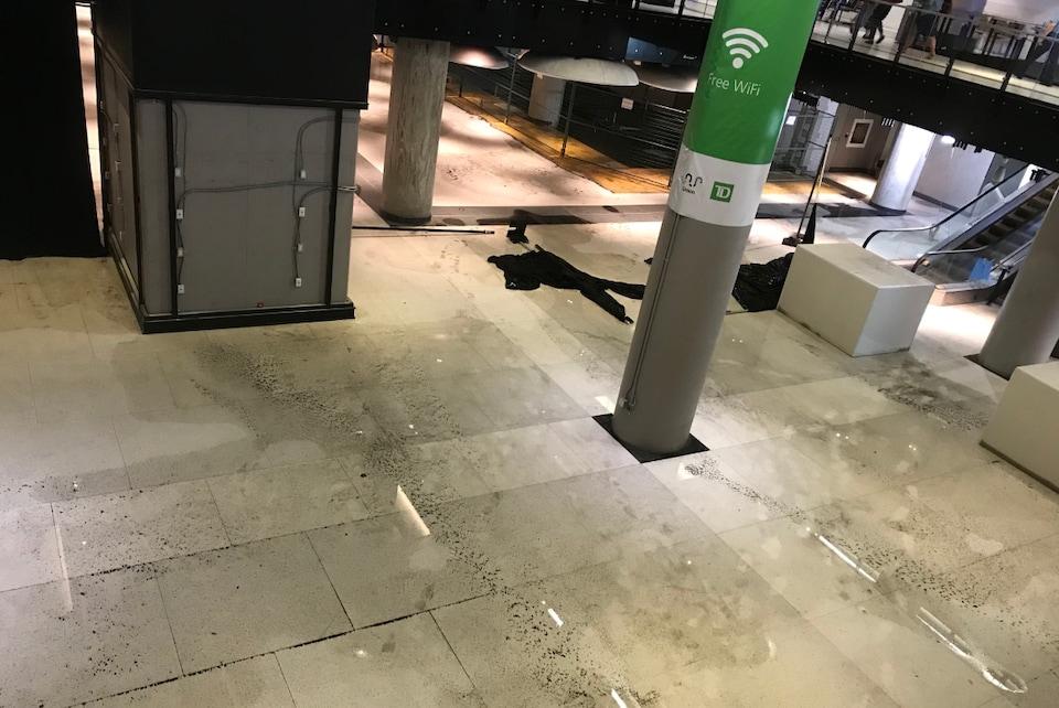 Des flaques d'eau sur le sol à la station Union, mercredi matin.