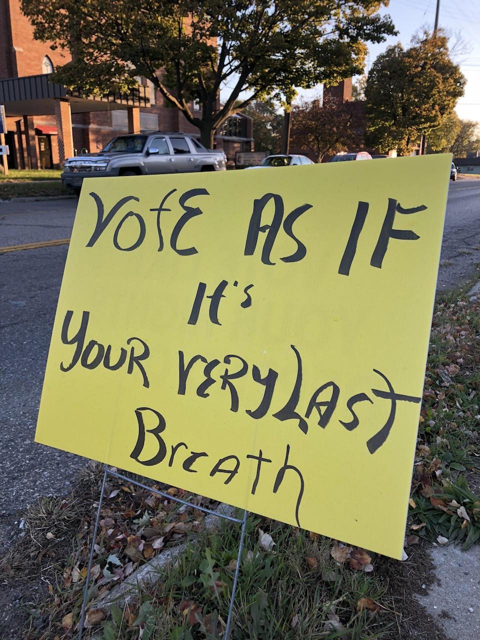 Une pancarte jaune invitant les gens à aller voter aux élections de mi-mandat.