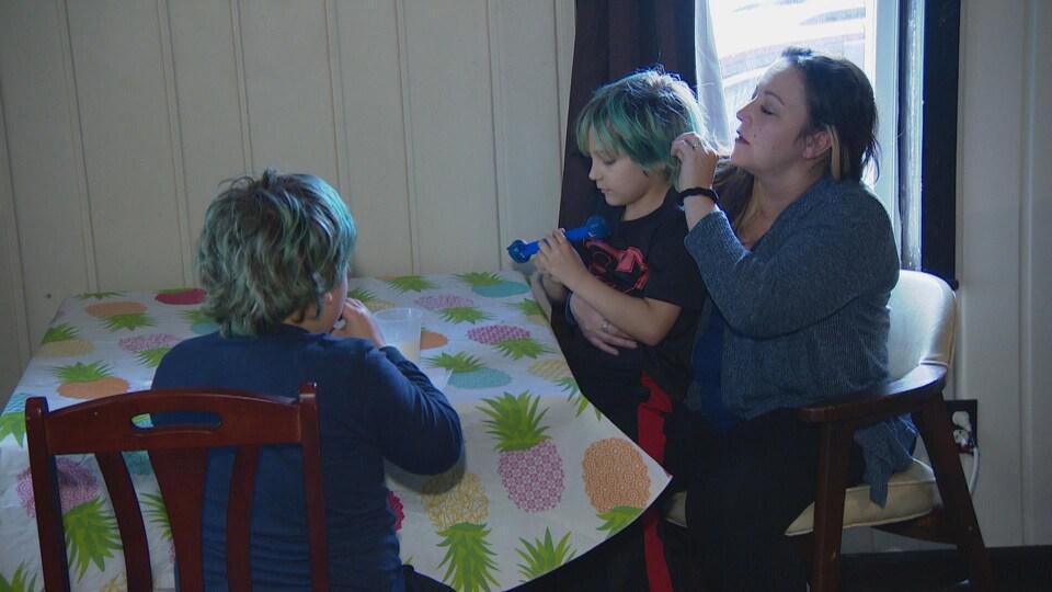 L'activiste LeeAnne Walters en compagnie de ses deux jumeaux de sept ans, Garrett et Gavin.