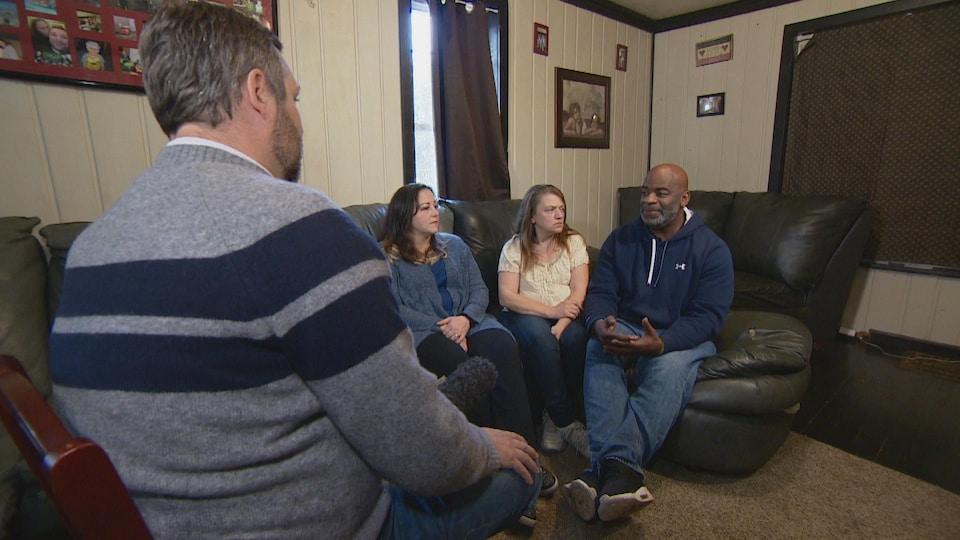 L'activiste LeeAnne (gauche) et ses amis Keri Webber et Arthur Woodson discutent politique sur son divan.