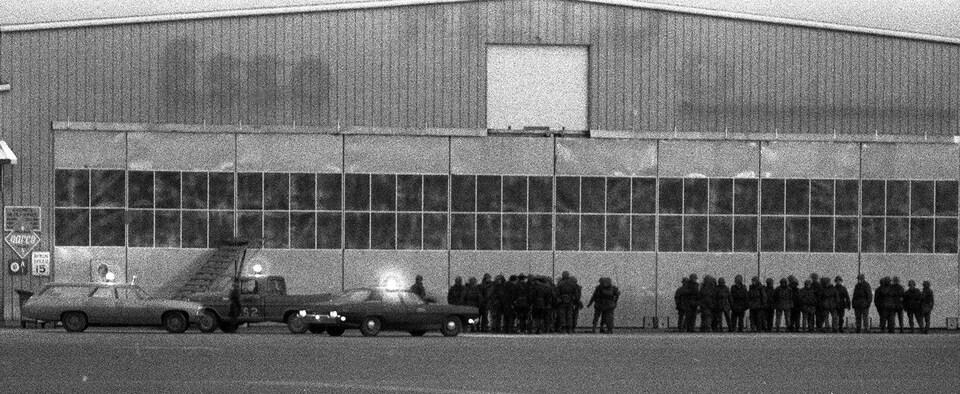Des soldats attendent les membres de la cellule Libération à l'aéroport à Dorval.