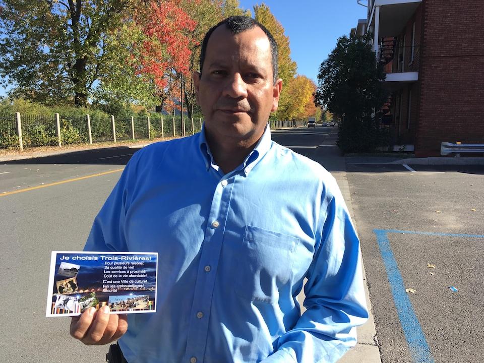 Ivan Alonso Suaza présente une carte qui sera distribuée à la Foire nationale de l'emploi de Montréal pour inciter les nouveaux arrivants à adopter Trois-Rivières.