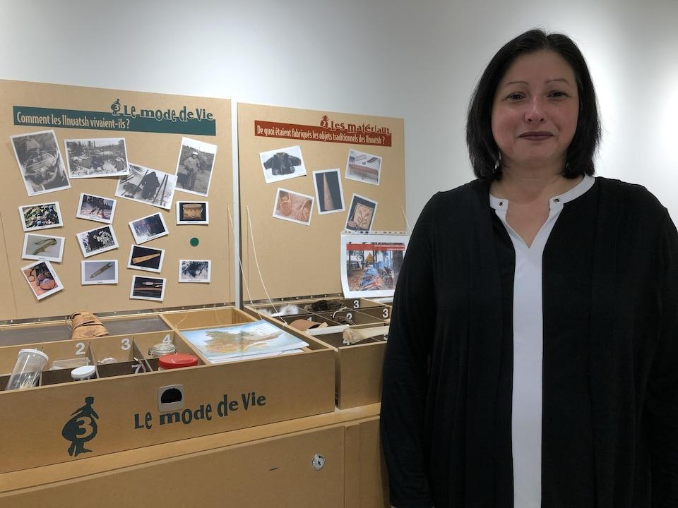 Isabelle Genest devant des affiches muséales