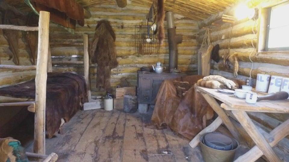 L'intérieur d'un poste de traite de fourrures.