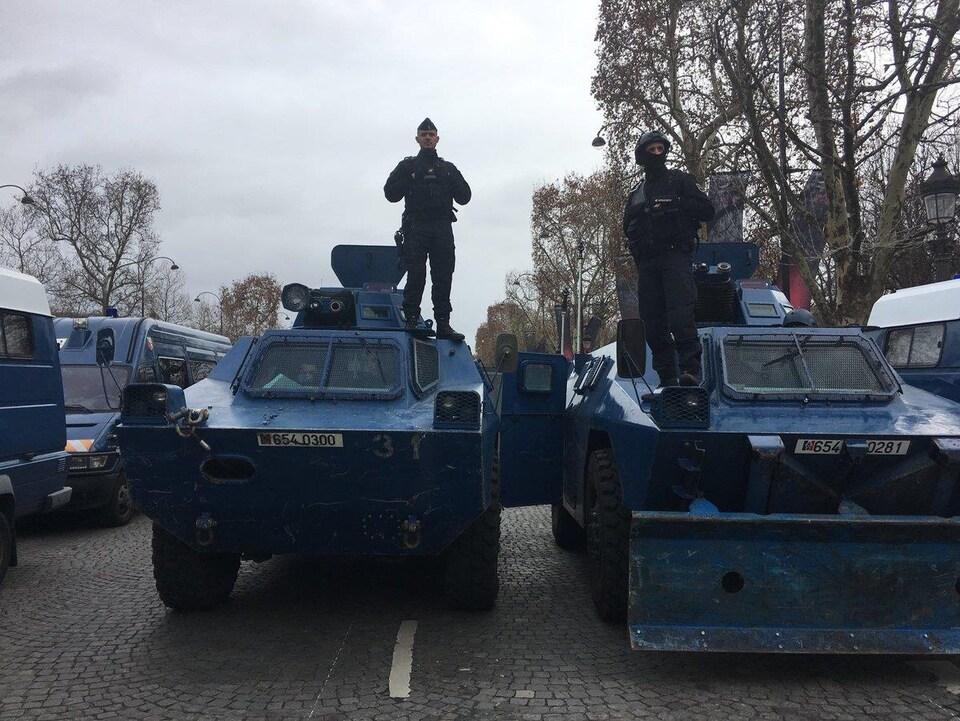 Des policiers sur des blindés à Paris