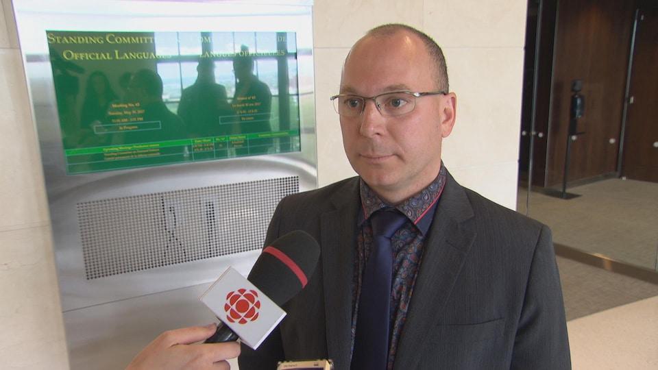François Choquette, député néo-démocrate, répond aux questions des journalistes.