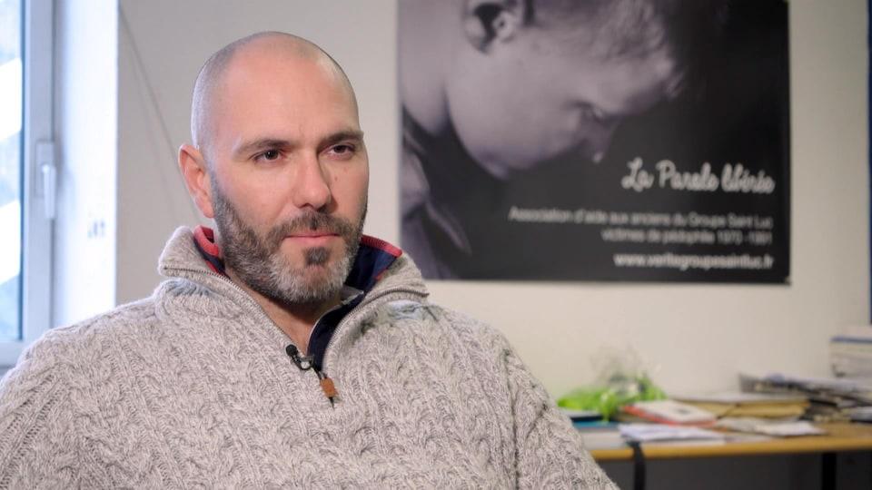 François Devaux regarde la caméra.