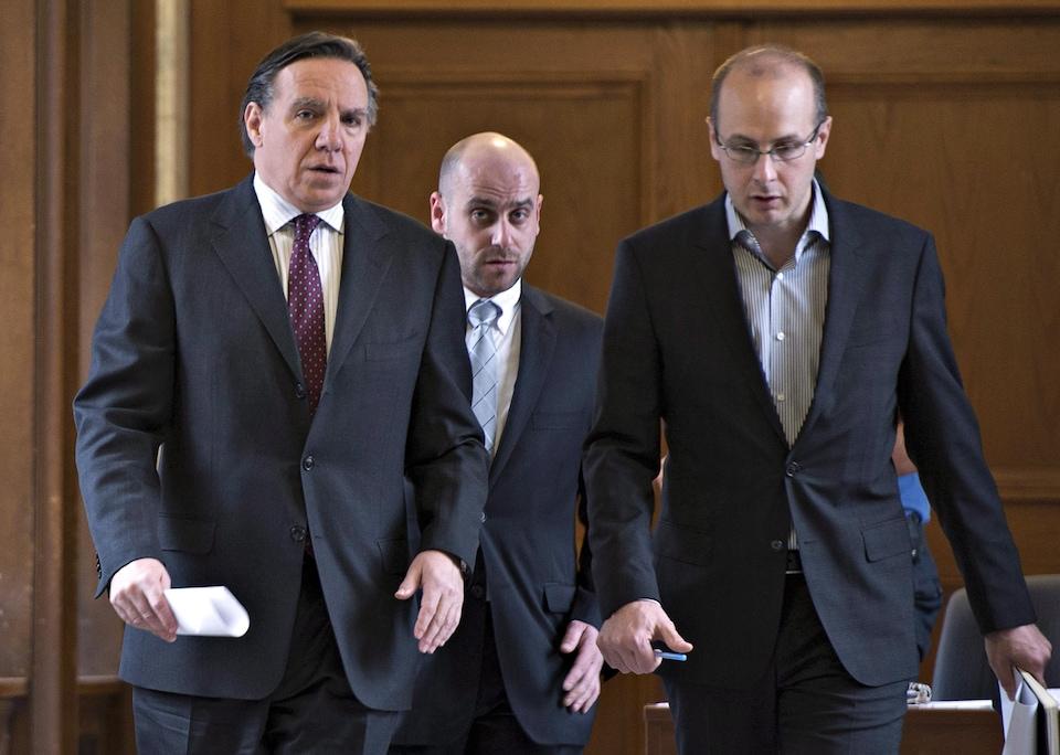 François Legault, Jean-François Del Torchio et Martin Koskinen marchent dans un corridor.