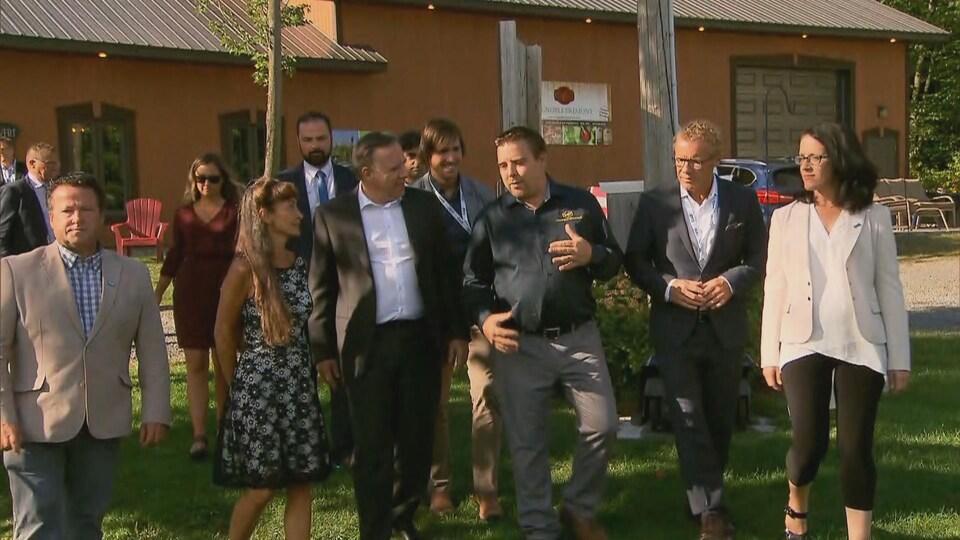 François Legault à Sainte-Angèle-de-Prémont avec les candidats, dehors