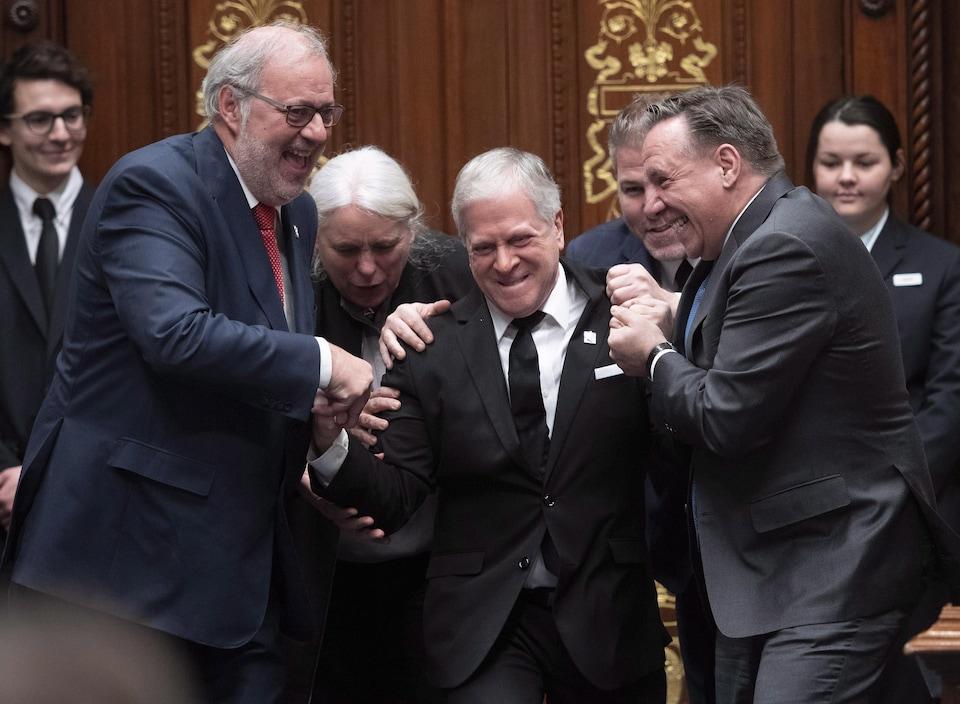 François Paradis résiste faussement aux efforts de François Legault, Pierre Arcand, Pascal Bérubé et Manon Massé.