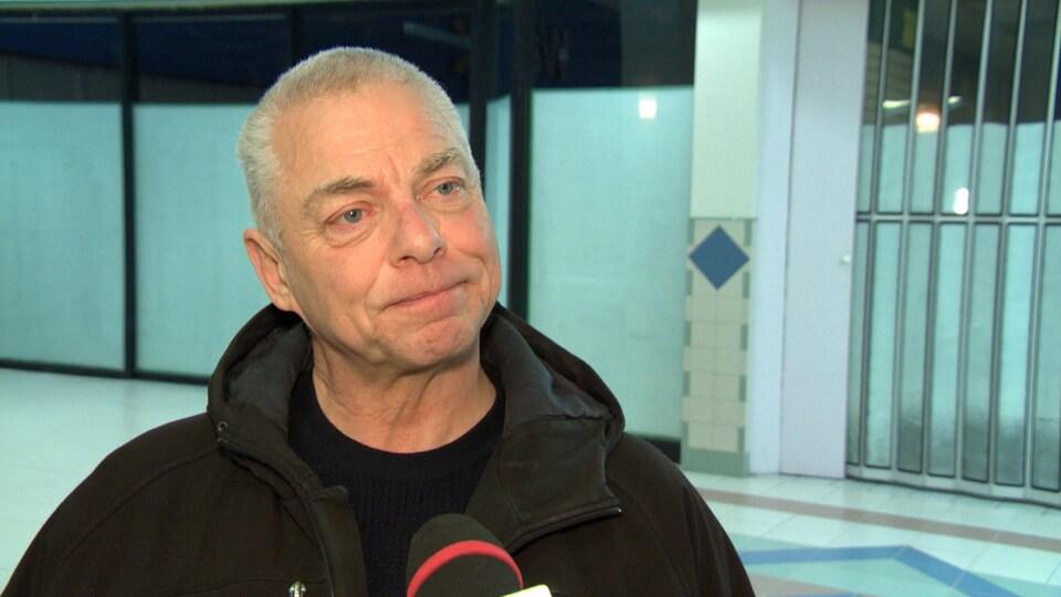 François Roy répond aux questions d'un journaliste.