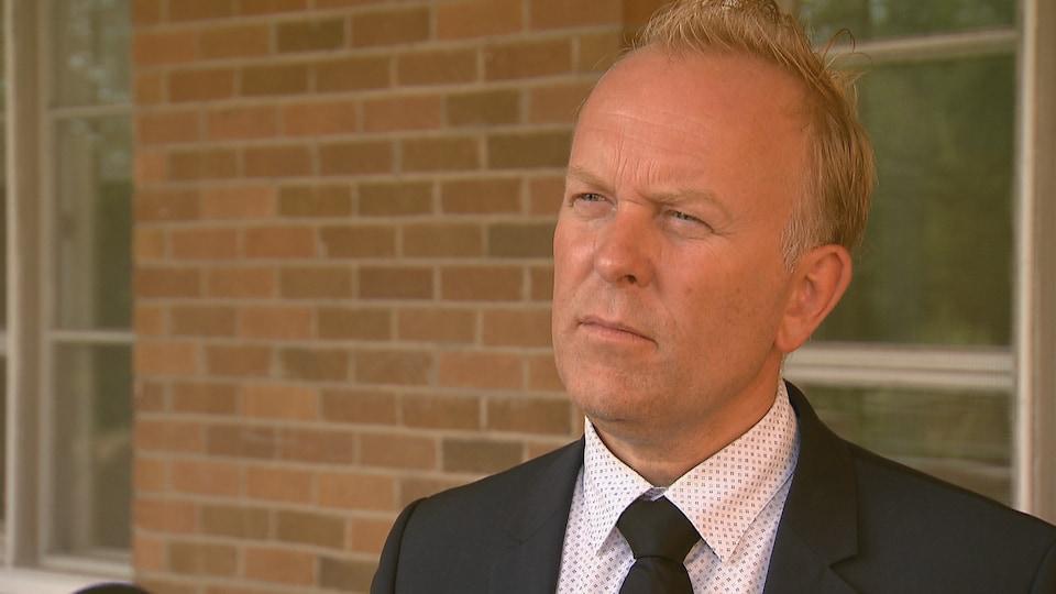 François Sylvain accorde une entrevue au journaliste Jonathan Lavoie de Radio-Canada devant le Séminaire des Pères Maristes.