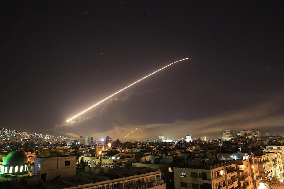 Des missiles américains déchirent le ciel de Damas alors que les États-Unis ont lancé une attaque contre la Syrie visant différentes parties de la capitale, le 14 avril 2018.
