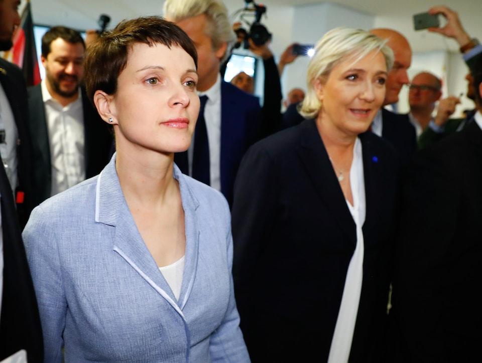 L'Allemande Frauke Petry, qui porte un veston bleu poudre, se tient à la droite de la Française Marine Le Pen, qui porte un veston noir.