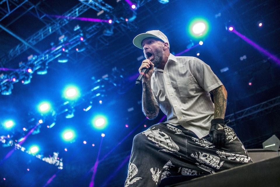 Le chanteur Fred Durst du groupe Limp Bizkit sur scène lors d'un concert en 2015.