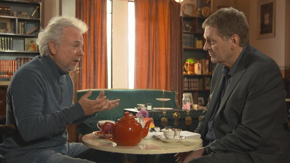 Assis l'un en face de l'autre, Frédéric Lenoir et Alain Crevier