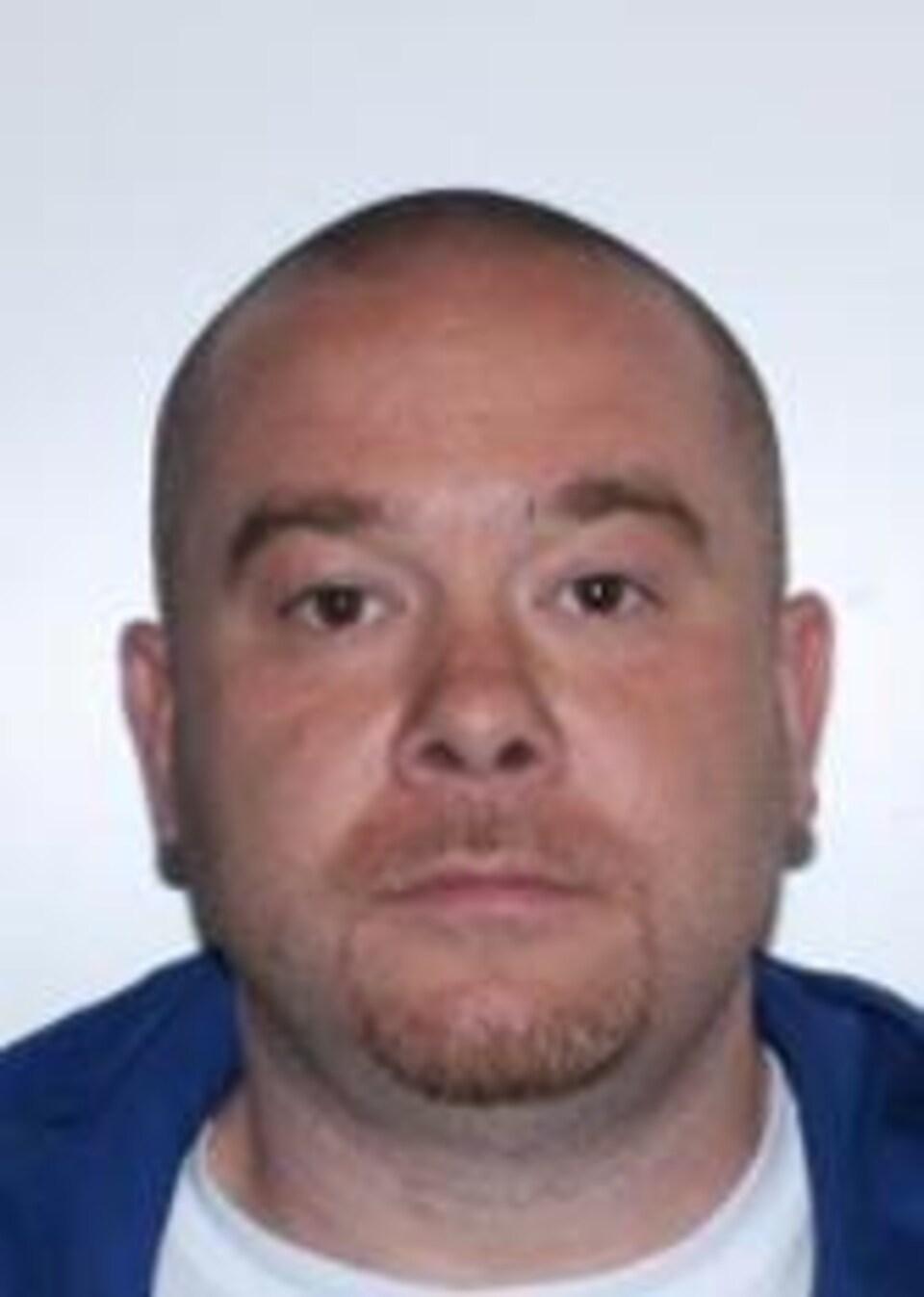 Frederick Silva est un homme blanc de 38 ans, qui a les cheveux rasés et porte une  petite barbe et une moustache rousses. Il mesure 1,75 mètre (5 pieds, 9 pouces) et pèse 88 kilogrammes (194 livres). Il a plusieurs tatouages sur le corps.