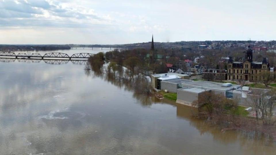 Vue aérienne du fleuve Saint-Jean et de la ville