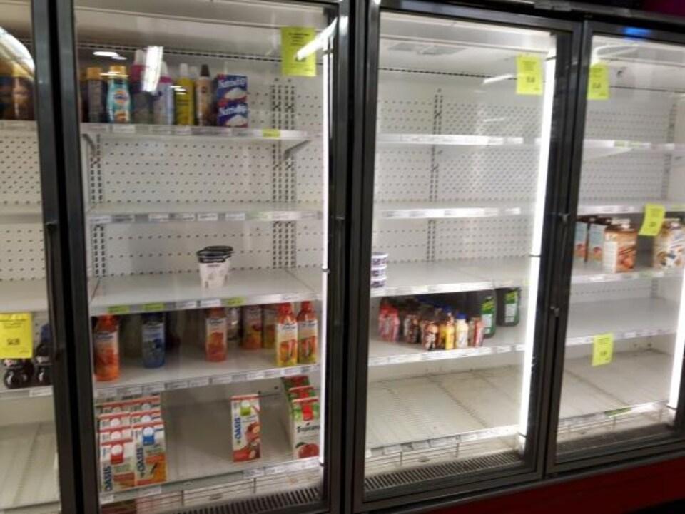 Des frigos presque vides à l'épicerie Hagensborg Mercantile à Hagensborg, en C.-B.