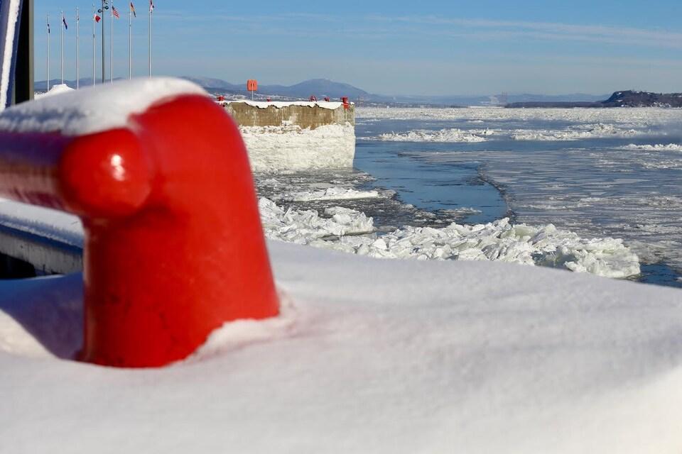 Les glaces sont omniprésentes sur le fleuve en direction du Mont Sainte-Anne.