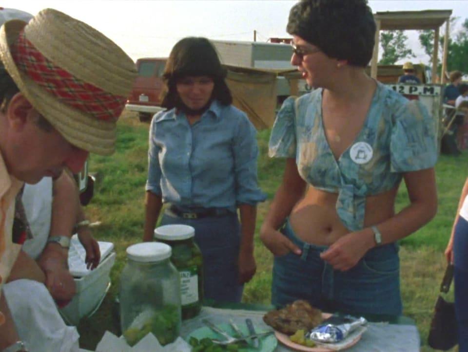 Jeunes femmes achetant du poulet bbq dans une scène du film « Le frolic cé pour ayder ».