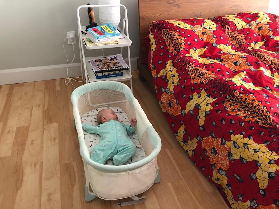 Pour l'instant, la petite Éloïse dort dans un berceau dans la chambre de ses parents.
