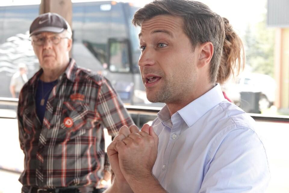 Gabriel Nadeau-Dubois rencontre des militants de Québec solidaire.