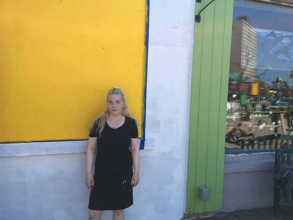 Gabrielle Brown devant un mur