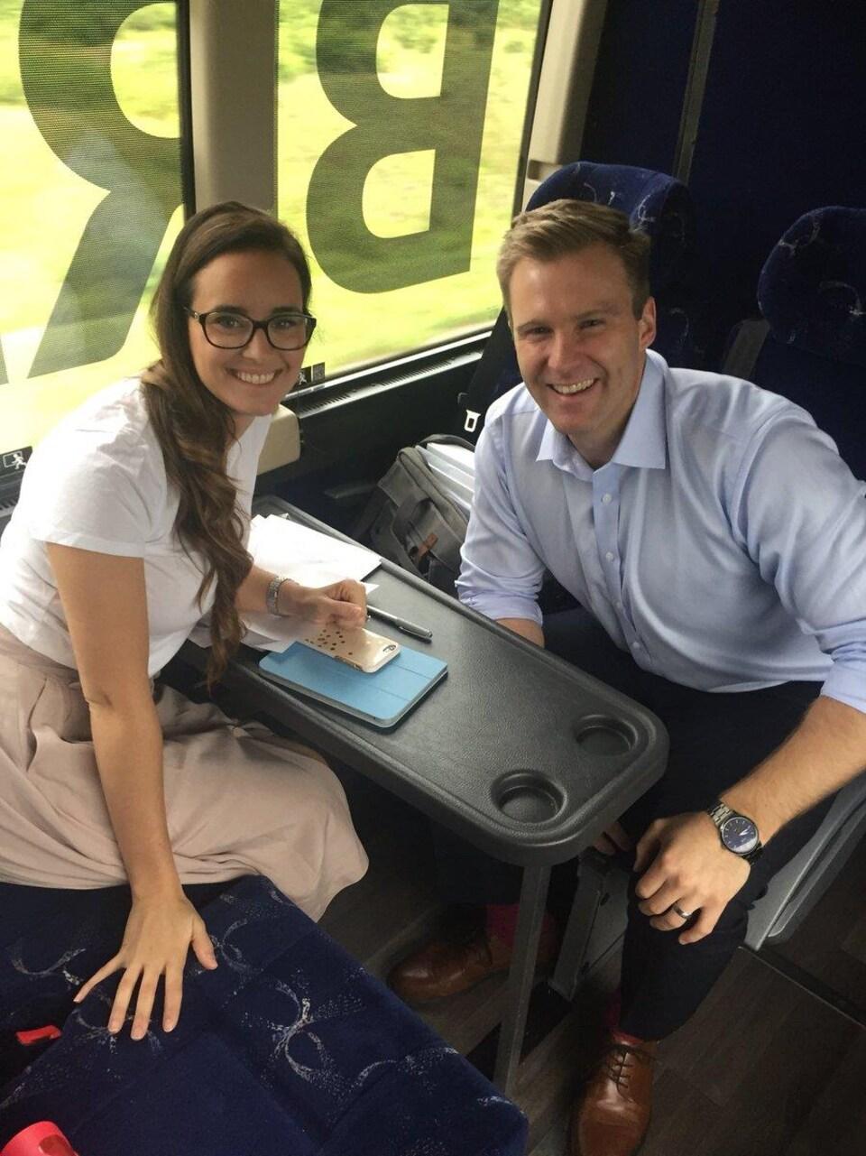 Brian et Karine Gallant, souriants, sont assis ensemble dans l'autocar.