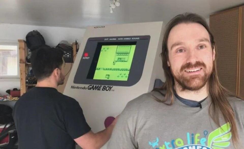 Deux hommes et un Game Boy géant.