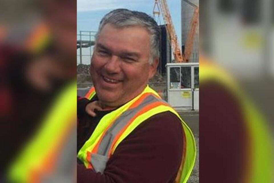 Gary Metallic pose devant la caméra avec un habit de construction.
