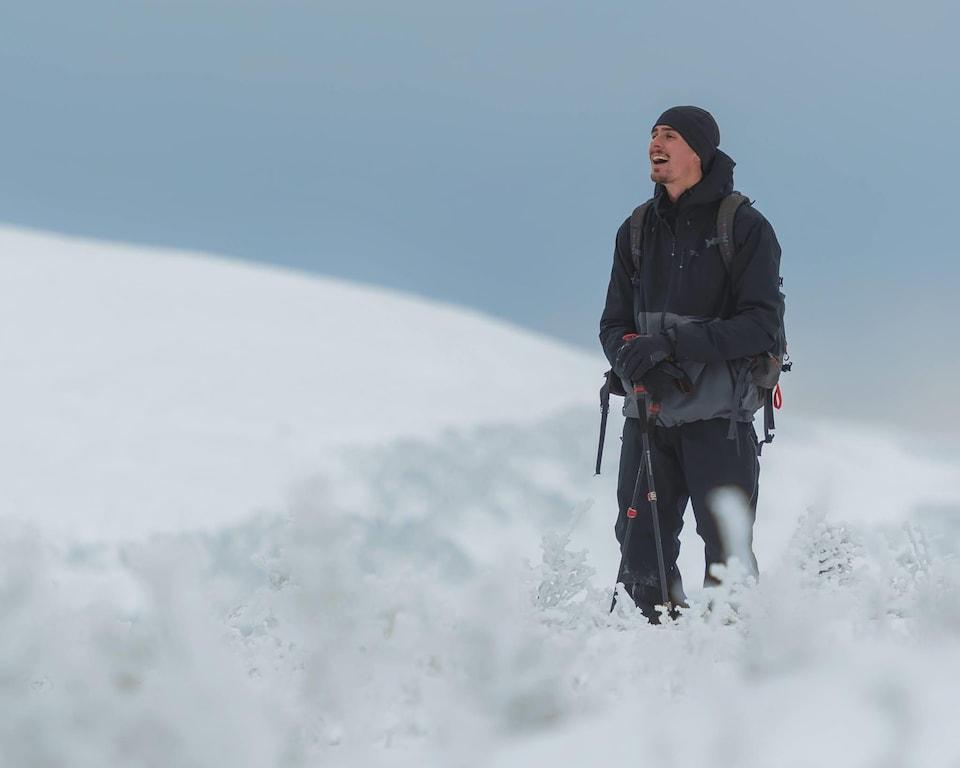 Le photographe Éric Deschamps sur l'un des sommets du Parc national de la Gaspésie.