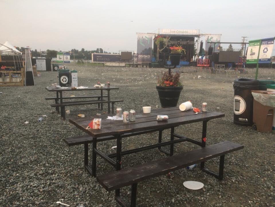 Cannettes, cartons, bouteilles d'eau : de nombreux déchets seront à ramasser après une soirée de spectacle.