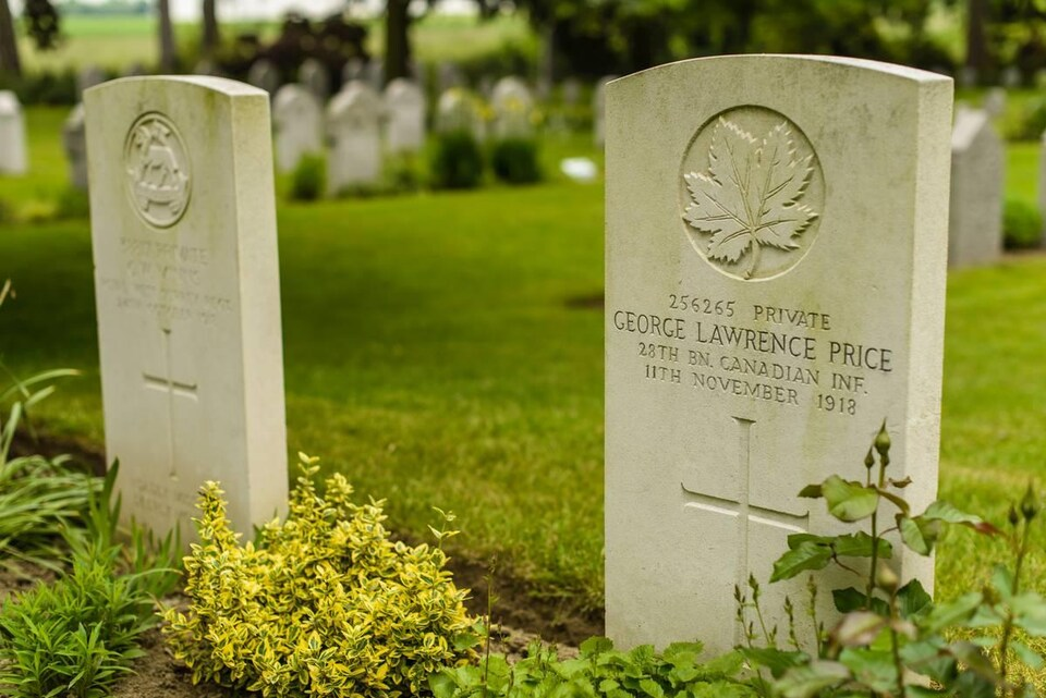 Une pierre tombale sur laquelle il est écrit « 256265 PRIVATE, GEORGE LAWRENCE PRICE, 28TH CANADIEN INF., 11TH NOVEMBER 1918 ».