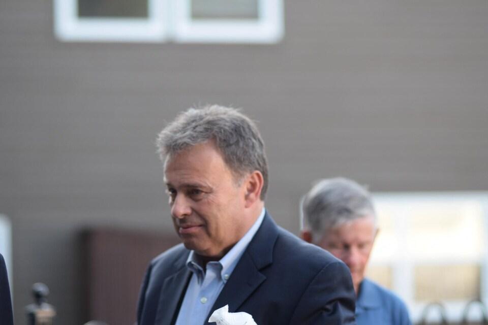 Le candidat progressiste-conservateur arrive à l'investiture du chef du parti, Blaine Higgs.