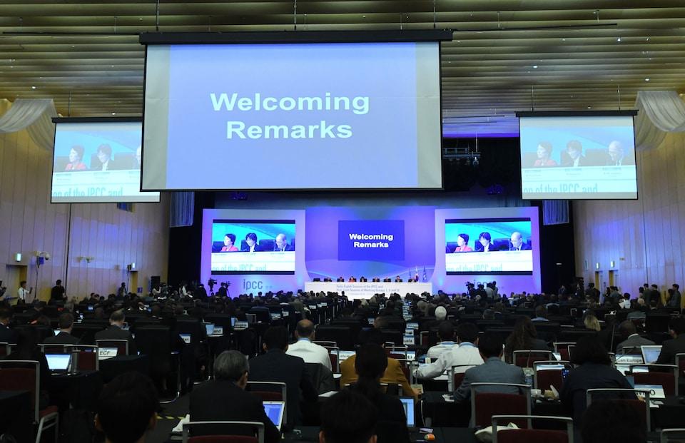 Les délégués et les experts assistent à la cérémonie d'ouverture de la rencontre du GIEC, qui se tient en Corée du Sud.