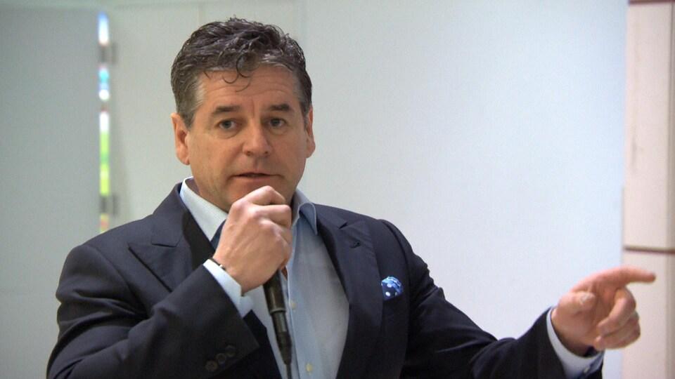 Gilles Desjardins prend la parole lors d'une conférence de presse.