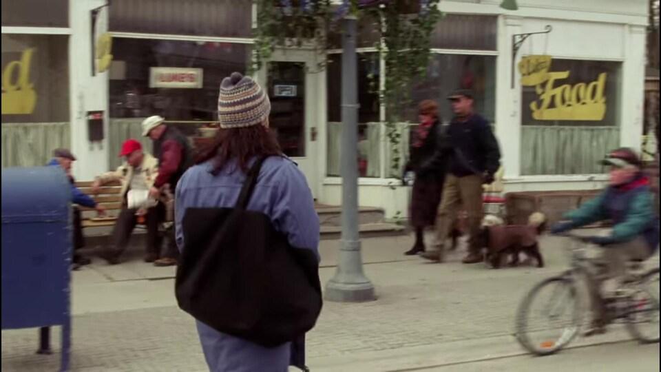 Capture d'écran de Lorelai qui traverse la rue pour se rendre au restaurant de Luke.