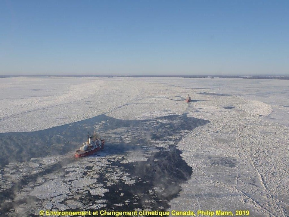 Des brise-glaces sur le fleuve Saint-Laurent.