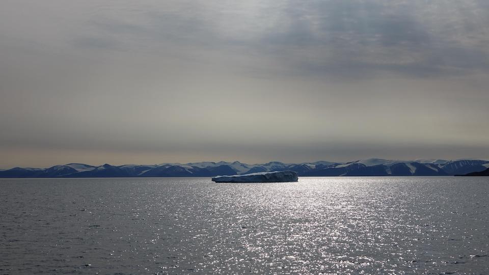 Un morceau de glace à l'entrée du passage du Nord-Ouest, dans le Nunavut