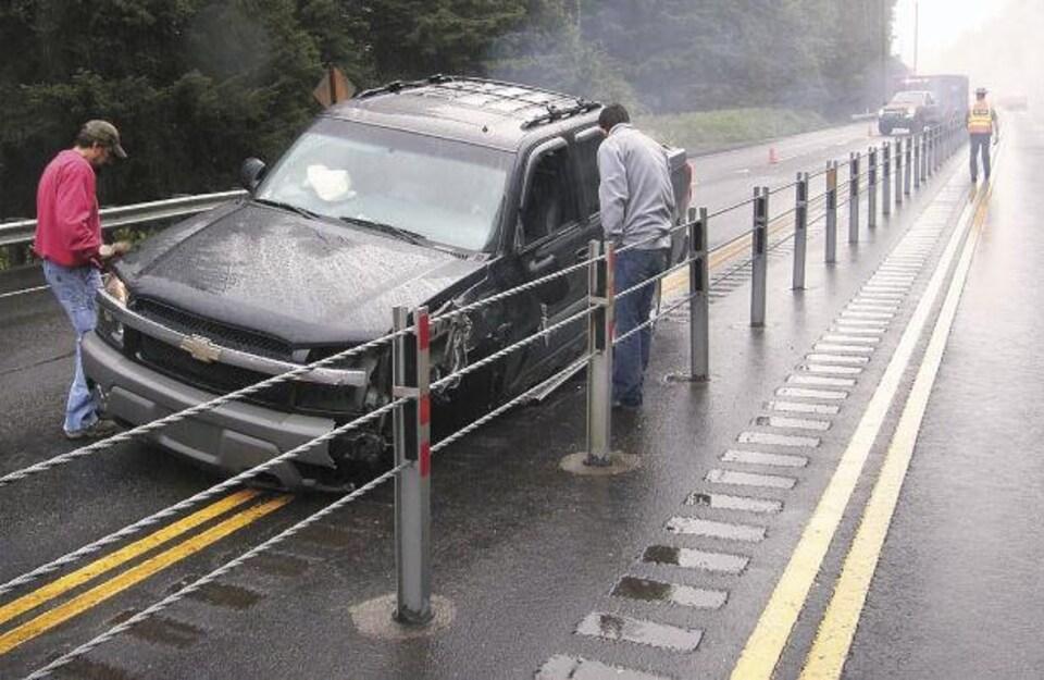 Une voiture a percuté une glissière à câbles.