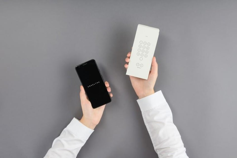 Un téléphone intelligent normal et un téléphone intelligent couvert par l'enveloppe de l'application Envelope.