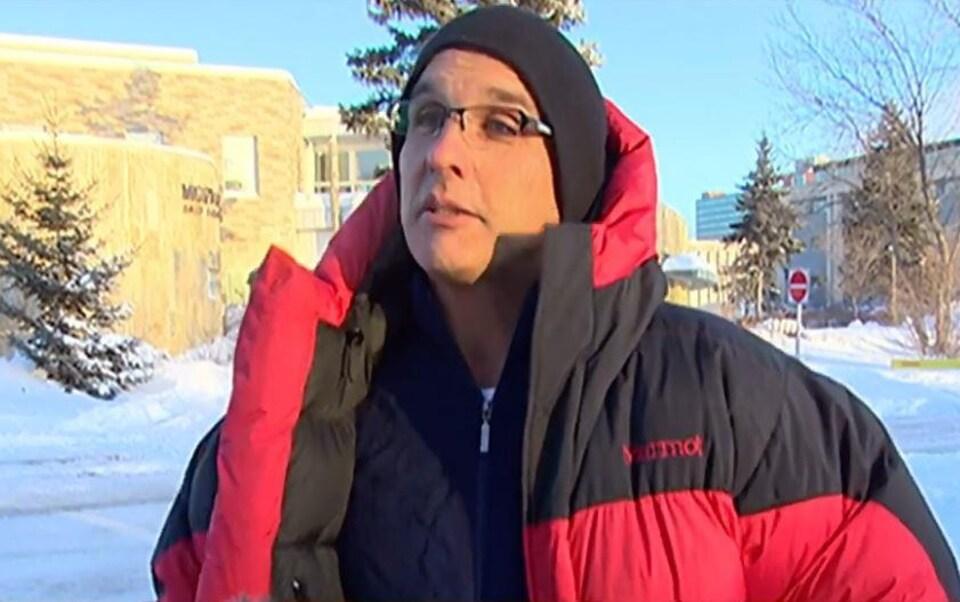Le professeur Gordon Giesbrecht porte un manteau d'hiver par une froide journée ensoleillée.