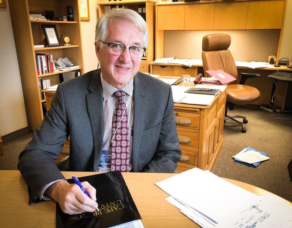 Gordon MacInnis, vice-président aux finances à l'Université du Cap-Breton, en entrevue dans son bureau.