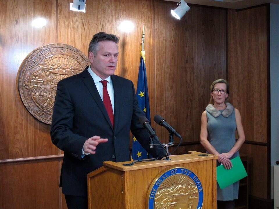 Le gouverneur de l'Alaska, Mike Dunleavy, en conférence de presse à Juneau, en Alaska, le 13 février.