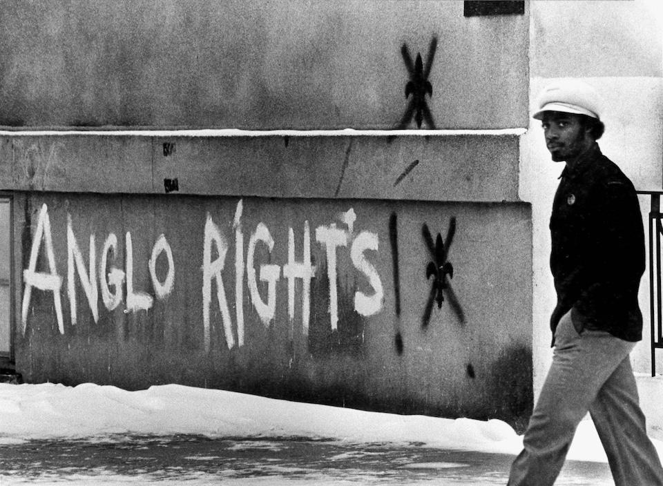 Sur un mur, on peut lire : «Anglos rights».
