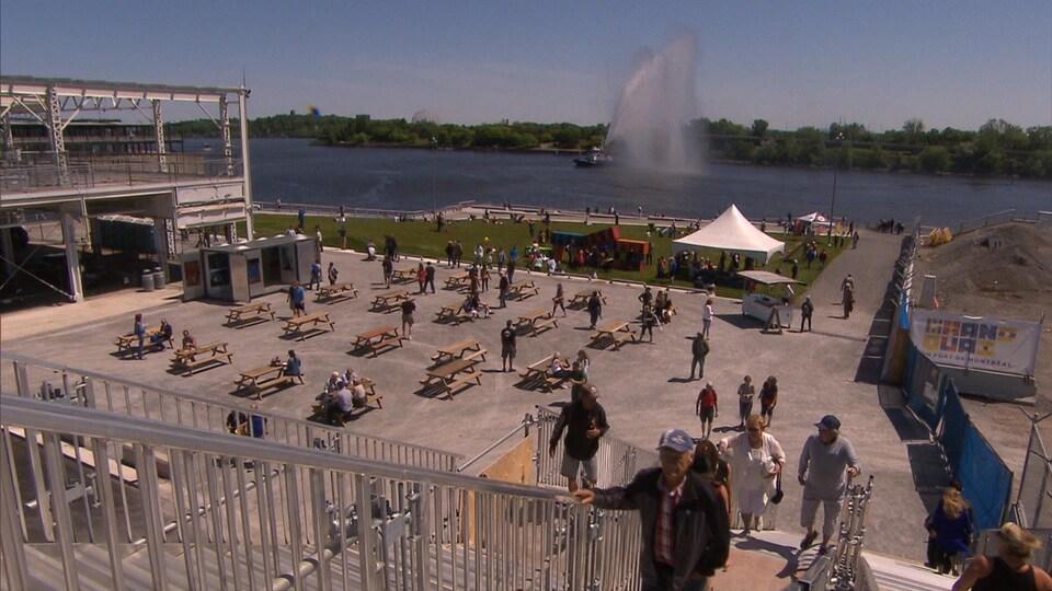 Le Grand Quai du Port de Montréal offre une vue magnifique sur le fleuve Saint-Laurent.